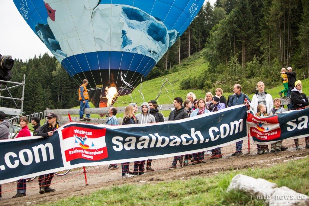 Ein Heißluftballon stand während dem Rennen neben der Strecke