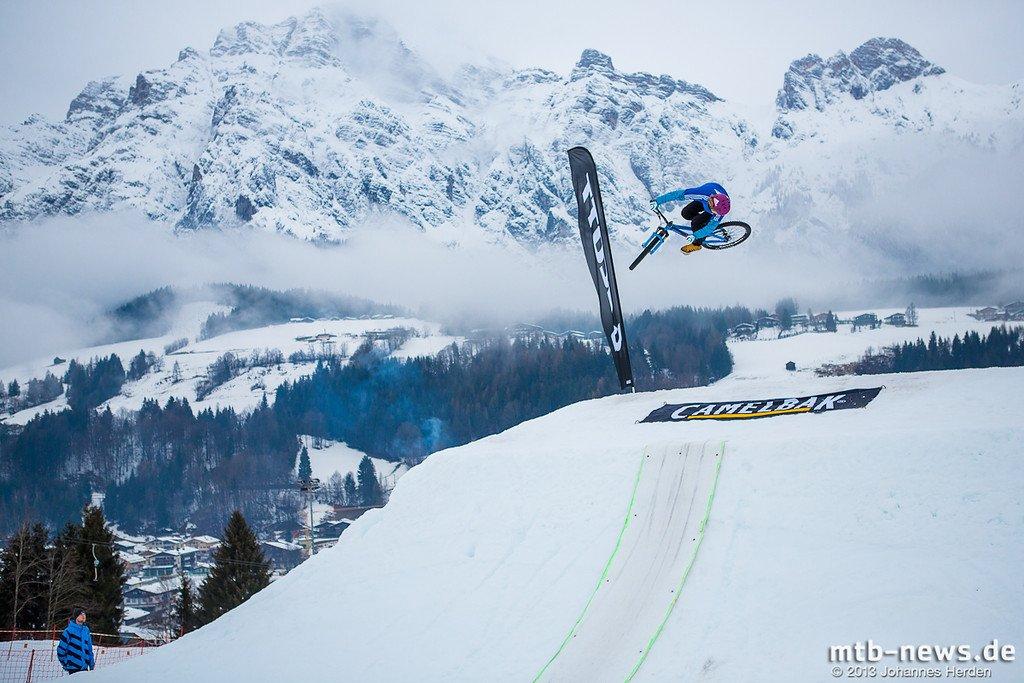 Peter Henke mit einem schönen 360er vor Alpenpanorama