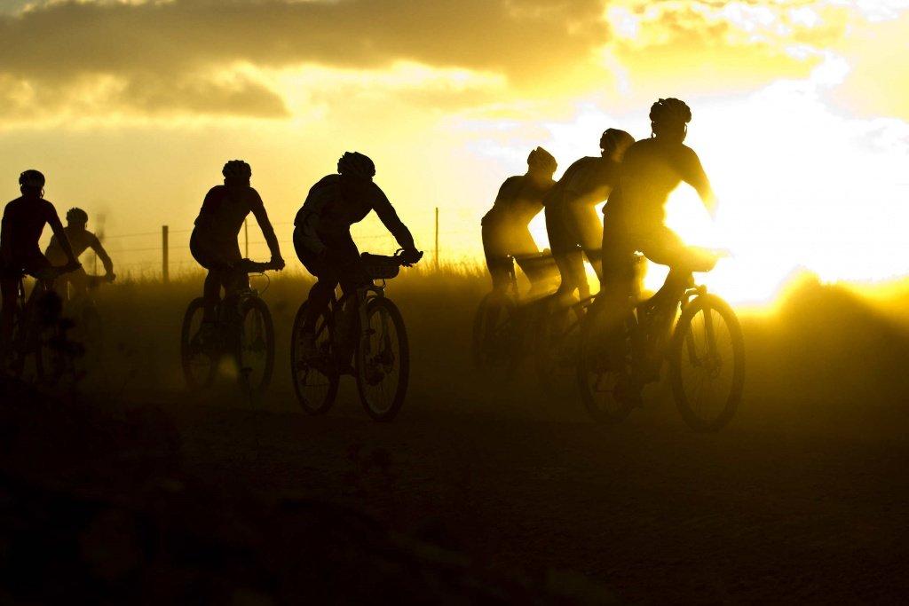 Cape Epic: Früher Start bei Sonnenaufgang. Foto: Sven Martin